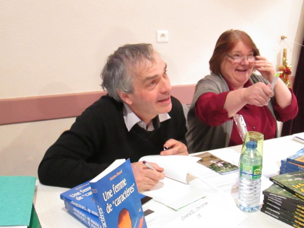 Gérard Pelletier et Annie Pelletier, partenaires de l'Andra et propriétaires du Château de la Mothe de Vicq (03) à la table de l'auteure Christine Chancel. On s'amuse !