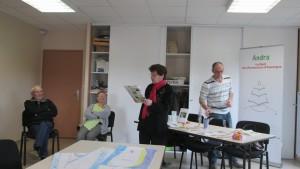 Colette lit la rédaction d'une élève de l'école de Combronde.